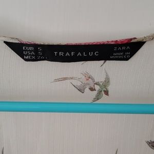 Trafaluc Tops - Gorgeous top with swallow print